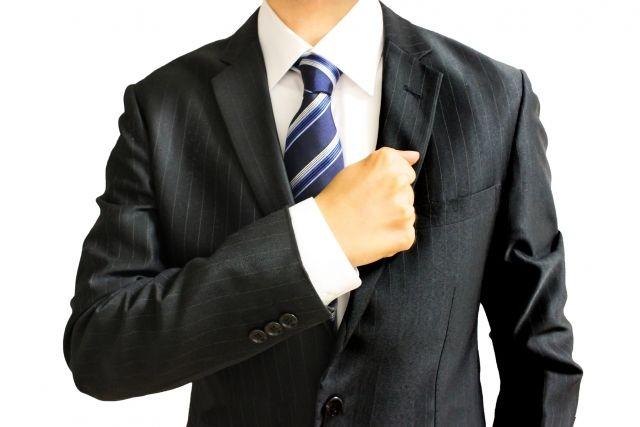 拳を胸にあてるビジネスマン