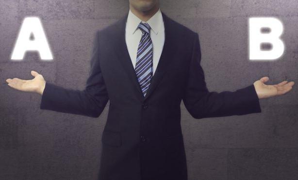 両手を広げるビジネスマン