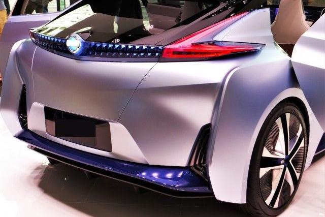 近未来的なデザインのシルバーの車
