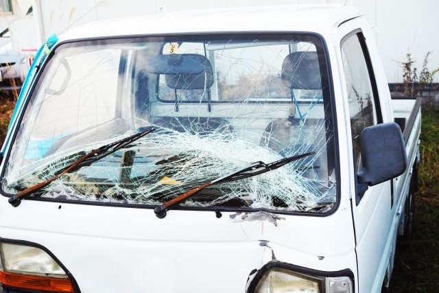 フロントガラスが割れた車