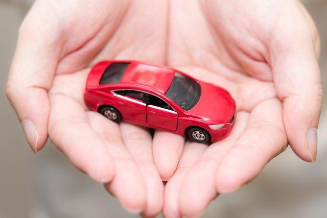 手のひらにのったミニチュアの車