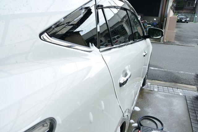 泡が付いた白い車